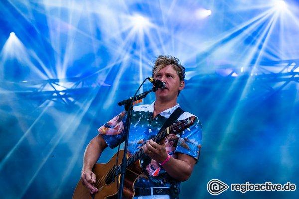 Der Mensch muss tanzen - In Blau getüncht: Bilder von Johnossi live beim Deichbrand Festival 2019
