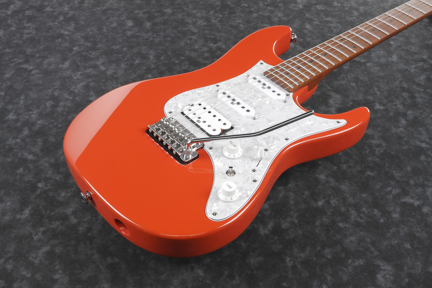 Lady in Red: die neue E-Gitarre AZ2204-SCR von Ibanez