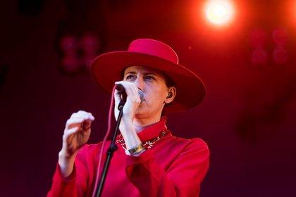 Gefühlvoll - Ganz in Rot: Bilder von Kat Frankie live beim Sound of the Forest Festival 2019