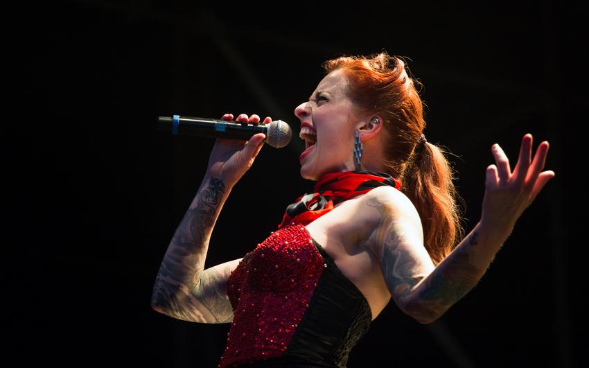 Nie wieder heiser singen: Vier wichtige Tipps zur Stimme und Gesangstechniken für das Singen mit Band
