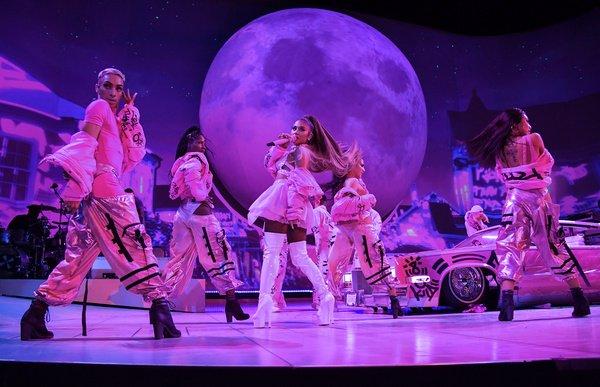 Bunte Dance-Party - Ariana Grande liefert in der Kölner Lanxess Arena eine perfekt inszenierte Show ab