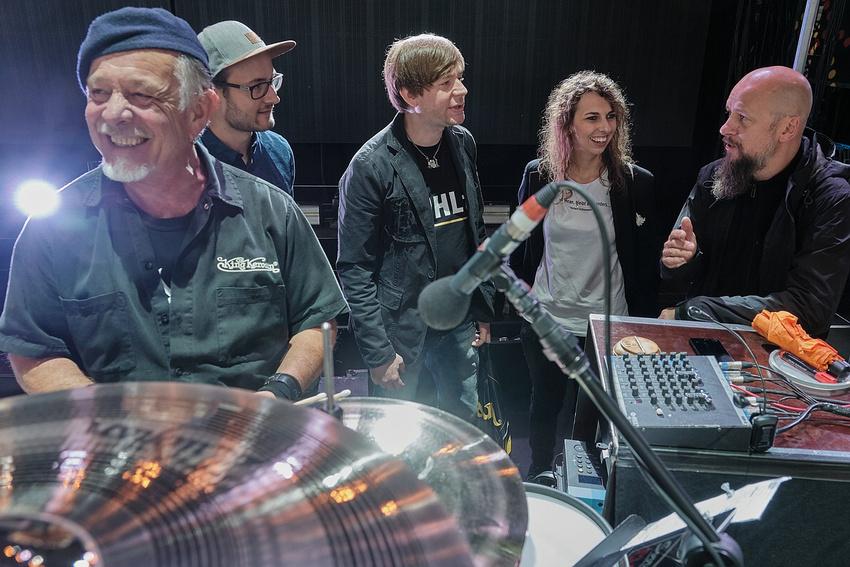 Jan Dehling, Techniker von Armin Rühl (ganz rechts), erläutert den Gewinnern das Setup