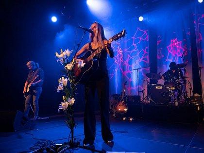 Solo mit Gitarre - Heather Nova: Bilder der Sängerin live Im Wizemann in Stuttgart