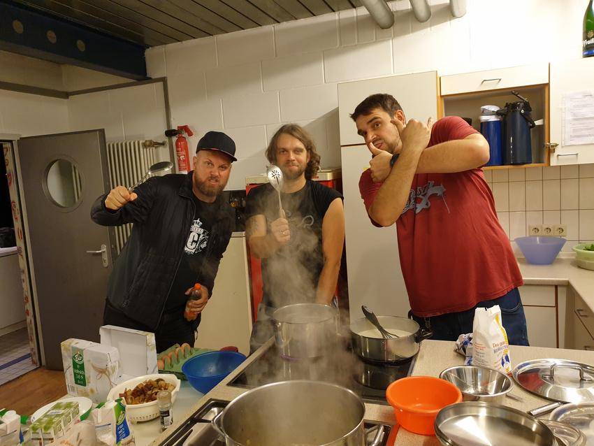 In der Küche des Süd wird Kochen gerne mit Rocken verbunden.