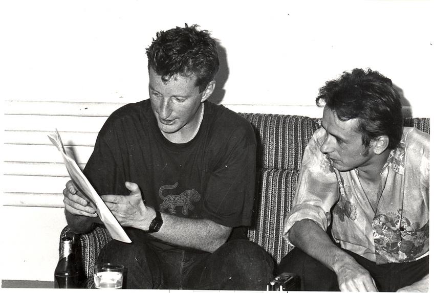 Thomas Bohnet (rechts) interviewt Billy Bragg in der Roten Fabrik in Zürich (1989)