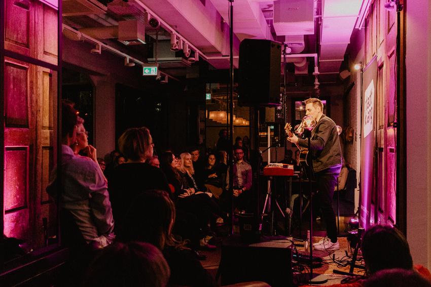 Das Publikum im Ruby Coco lauscht gebannt Florians Performance.