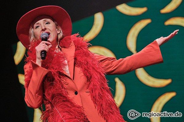 Ganz in Rot - Fotos von Leslie Clio live bei der Night of the Proms 2019 in Mannheim