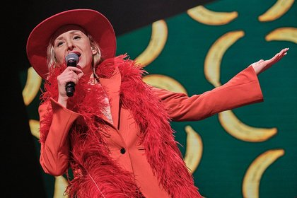 Ganz in Rot - Fotos von Leslie Clio live bei der Night of the Proms 2019 in Mannheim
