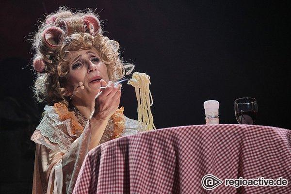 Mit Rotwein und Spaghetti - Natalie Choquette: Bilder der Sängerin live bei der Night of the Proms 2019 in Mannheim