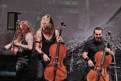 Sie spielten Cello - Beinahe klassisch: Bilder von Apocalyptica als Support von Sabaton live in Frankfurt