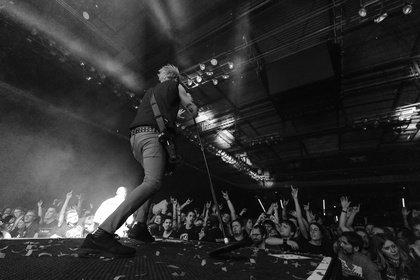 Auf dem Höhepunkt - Sum 41: Fotos der Punk-Pop-Band live in der Porsche-Arena Stuttgart