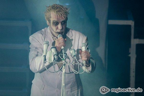 Nichts für Kinder - Sex, Fisch und Torten: Lindemann beglückt seine Fans in der Stadthalle Offenbach