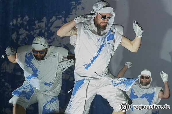 Aus allen Rohren - Deichkind: Bilder des Spektakels live in der Festhalle Frankfurt