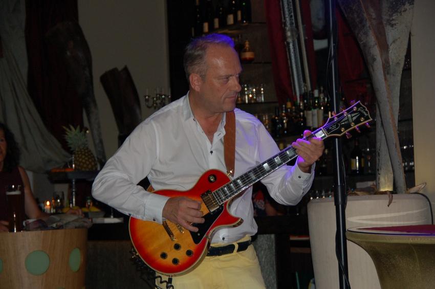 Prof. Jochen Blum spielt seine Gibson Les Paul