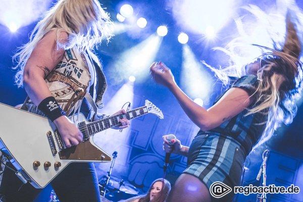 High-Voltage-Frauenpower aus Schweden - Bilder von Thundermother als Opener von Rose Tattoo live in Frankfurt