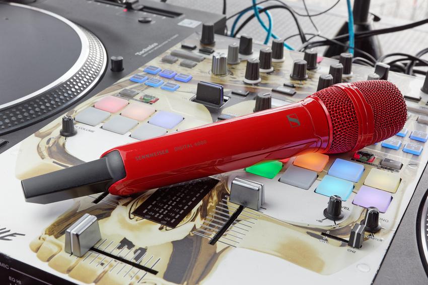 Sidos SKM 6000 Handsender wurde im Sennheiser Werk in der Wedemark auf Wunsch des Künstlers rot lackiert – passend zum Artwork des aktuellen Albums