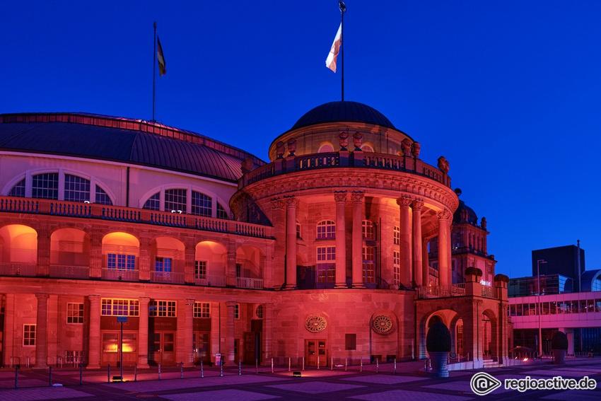 Die traditionsreiche Frankfurter Festhalle leuchtet rot