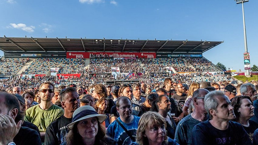 Lanxess Arena Köln und SparkassenPark Mönchengladbach überreichen Brand-Brief