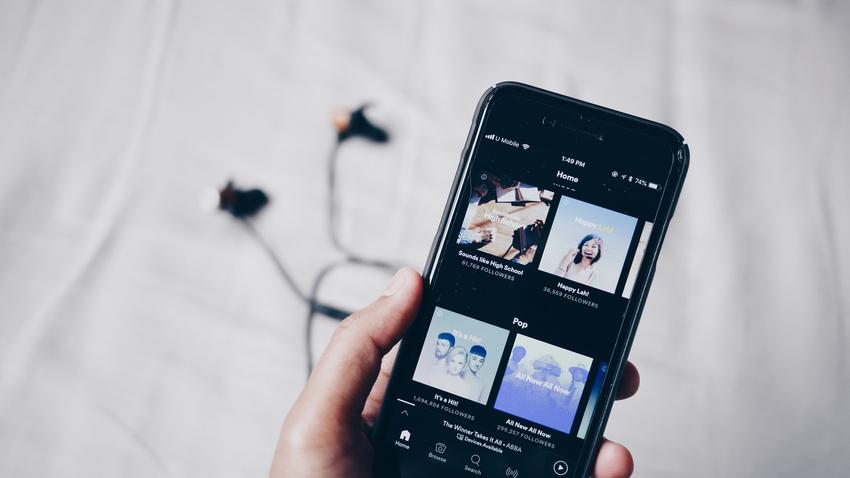 """Songwriterinnen und Songwriter kritisieren Spotify für neue """"Pay to Play""""-Funktion"""