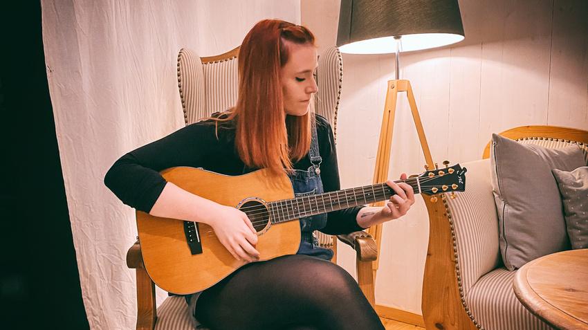 Carina Fischer gewinnt die Cort Gold Mini Dreadnought Akustikgitarre