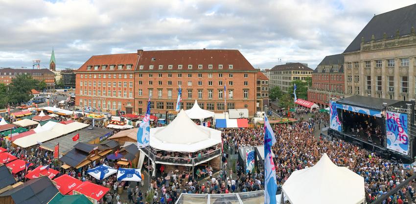 Ein Konzert auf der Rathausbühne bei der Kieler Woche 2019