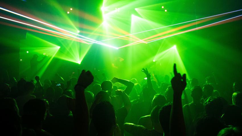 Test-Rave in Großbritannien: Mit Test, ohne Social Distancing