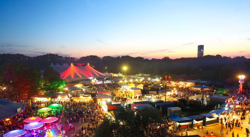 das Münchner Tollwood Festival erstrahlt in der Dämmerung
