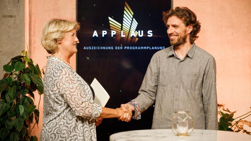 Applaus Preisverleihung 2021: Prof. Monika Grütters & Geoffrey Vasseur (Yaam, Berlin - Spielstätte des Jahres)