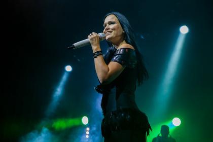 Ganz in schwarz - Powerfrau: Fotos von Tarja live in der Batschkapp in Frankfurt
