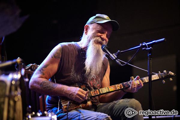 Sensationelle Gitarrenkünste - Seasick Steve fährt im Schlachthof in Wiesbaden sein ganzes Repertoire auf