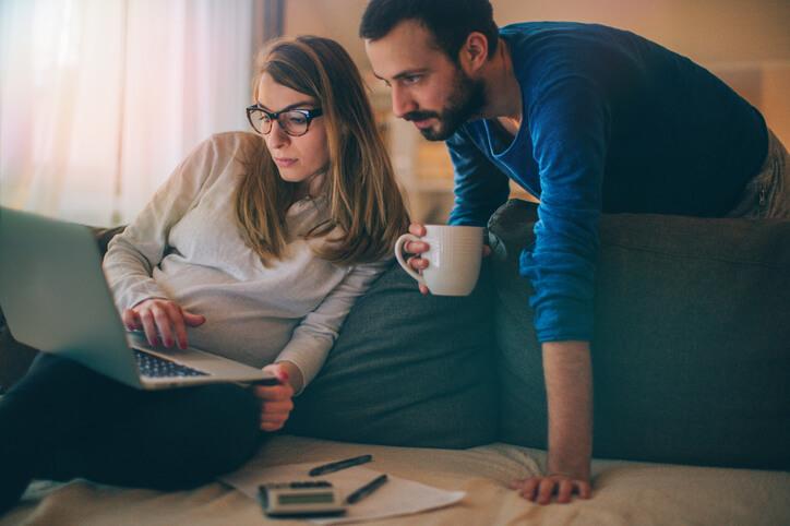 Rachat de crédit entre particuliers, les avantages et les inconvénients d'un crédit sans banque