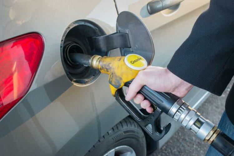 Un chèque carburant de 100 euros pour compenser la hausse des prix?