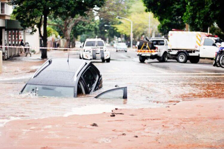 Inondations: peut-on sauver une voiture qui a pris l'eau?