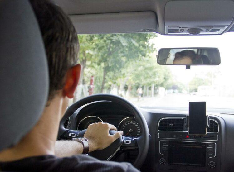 Voiture connectée: Une appli pour utiliser son smartphone au volant sans les mains