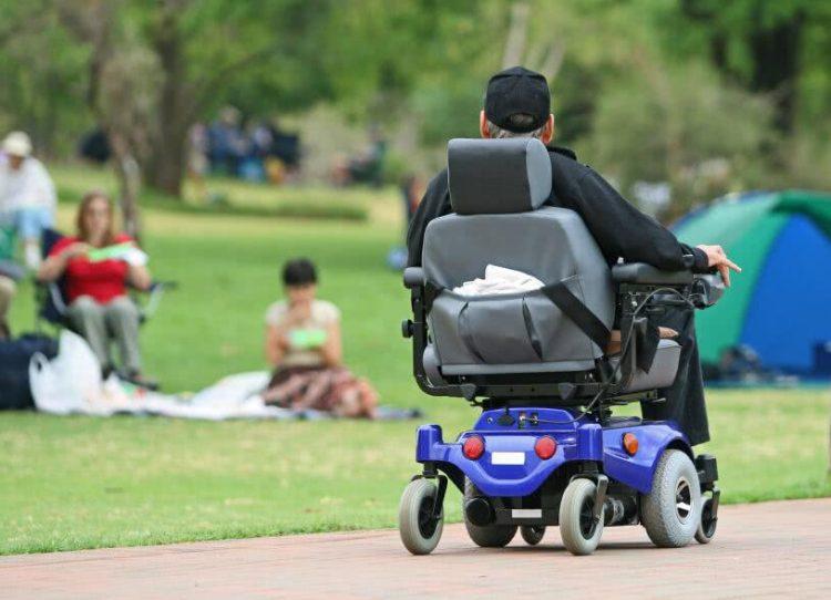 Où doit circuler un fauteuil roulant électrique?