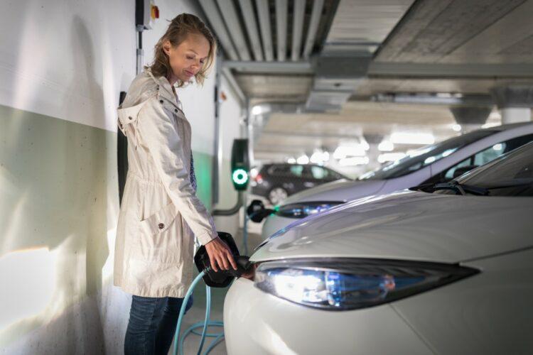 Auto: les nouveaux barèmes des aides de l'État font bondir les ventes de voitures hybrides et électriques