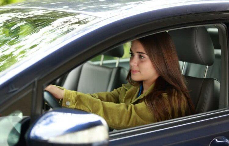 Jeunes conducteurs: faut-il acheter ou louer votre première voiture?