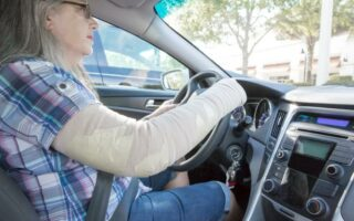 Peut-on conduire avec un plâtre ou une minerve?