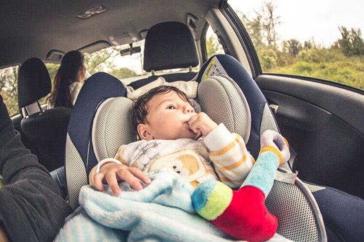 Comment soutenir la tête de bébé dans le siège auto?