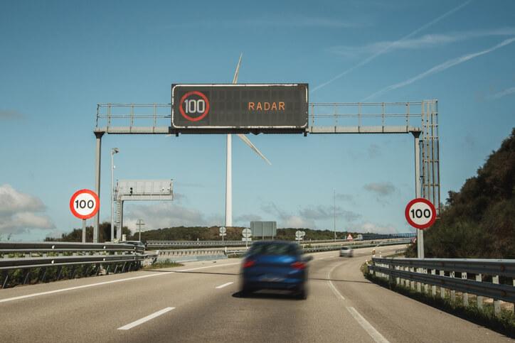 Article R413-14 du code de la route: limitations, sanctions et impact sur l'assurance auto