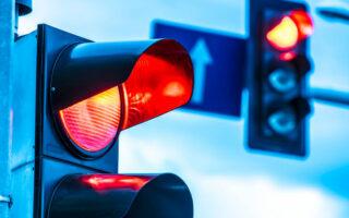 Oui, griller un feu rouge ou passer au feu orange sont des infractions au code de la route