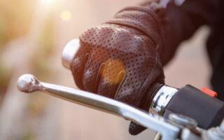 Deux-roues: du papier de verre pour rappeler l'utilité du port des gants