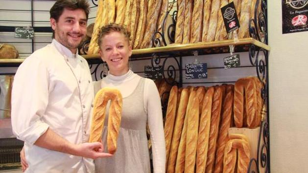 Un boulanger breton crée la «baguette du motard» et fait le buzz sur Internet