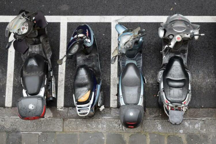Motos et scooters: focus sur les règles de stationnement