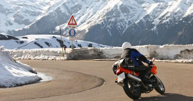 Quelles précautions lors de la conduite à moto sur neige ou glace?