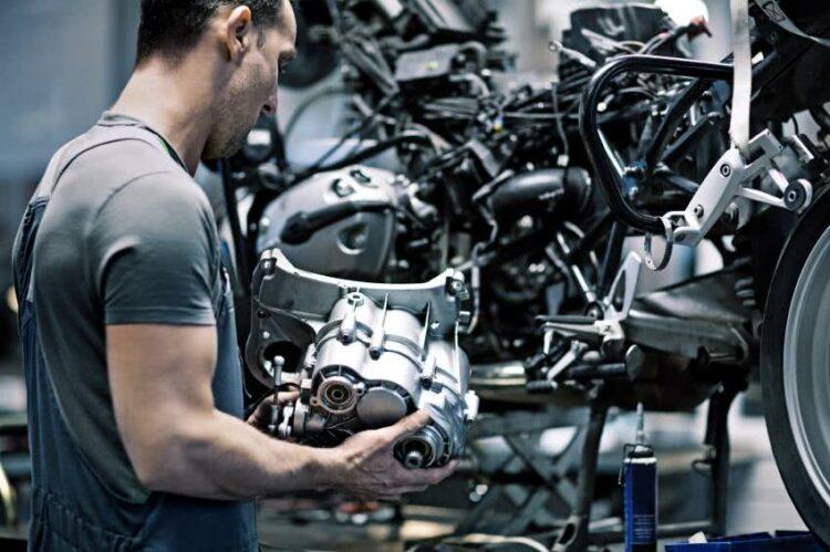 Réduire sa consommation de carburant à moto   lesfurets