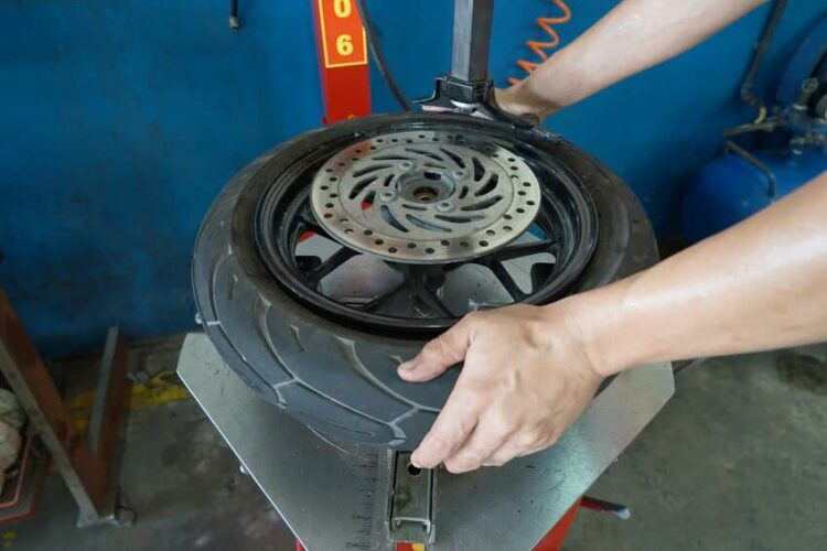Moto: réparer en urgence un pneu crevé