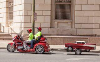 L'attelage pour moto pour tracter une remorque