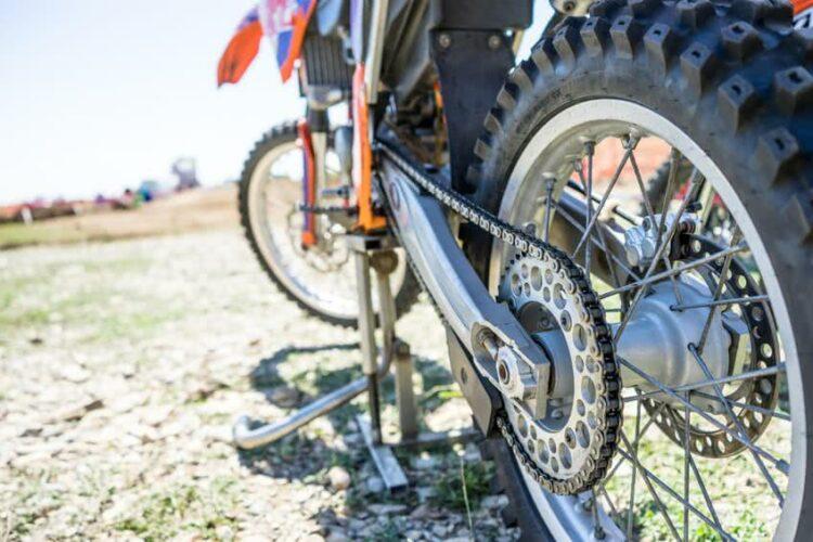 Moto: comment vérifier la tension de la chaine?