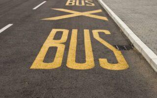 Les deux-roues sont-ils autorisés à circuler sur les voies de bus?